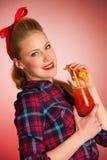 Schöne junge blonde kaukasische Pinupfrau mit einem Glas coc Stockbild