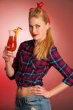 Schöne junge blonde kaukasische Pinupfrau mit einem Glas coc Lizenzfreie Stockfotos
