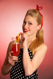 Schöne junge blonde kaukasische Pinupfrau mit einem Glas coc Stockfotografie