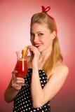 Schöne junge blonde kaukasische Pinupfrau mit einem Glas coc Stockfoto