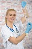 Schöne junge blonde Krankenschwester Stockfotos