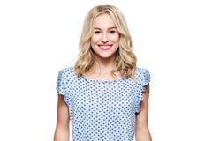 Schöne junge blonde lächelnde Frau mit der sauberen Haut, natürlichem Make-up und perfekten weißen den Zähnen lokalisiert über We lizenzfreies stockfoto