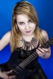 Schöne junge blonde spielende E-Gitarre Stockbild