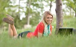 Schöne junge blonde Studentin Stockfotos