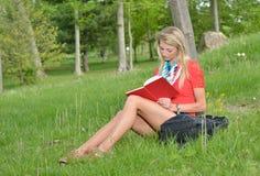 Schöne junge blonde Studentin Stockfoto