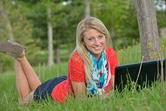 Schöne junge blonde Studentin Stockbild