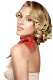 Schöne junge blonde vorbildliche Aufstellung des gelockten Haares Lizenzfreies Stockfoto