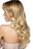 Schöne junge blonde vorbildliche Aufstellung des gelockten Haares Stockbilder