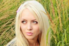 Schöne junge Blondine auf Natur Stockbilder