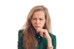 Schöne junge Blondine blickt in Richtung des Krümmens des Nahaufnahmegesichtes Lizenzfreies Stockfoto