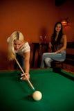 Schöne junge Blondine, die Billard in einer Stange spielen Stockbilder