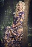 Schöne junge Blondine, die in den Park gehen Lizenzfreie Stockfotos