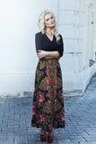 Schöne junge Blondine, die um die Stadtstraßen gehen Stockbild