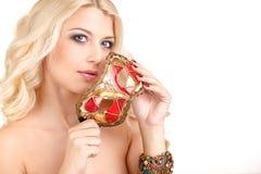 Schöne junge Blondine in einer mysteriösen venetianischen Maske. Lizenzfreie Stockfotos