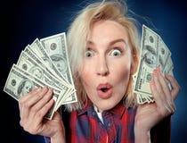 Schöne junge Blondine halten einen Stapel des Geldes lizenzfreies stockbild