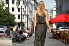 Schöne junge Blondine im langen Kleid stockbilder