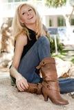 Schöne junge Blondine im Park lizenzfreies stockfoto