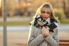 Schöne junge Blondine im städtischen Hintergrund Stockfotografie