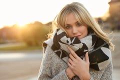 Schöne junge Blondine im städtischen Hintergrund Lizenzfreie Stockfotos