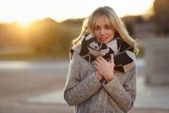 Schöne junge Blondine im städtischen Hintergrund Lizenzfreie Stockfotografie