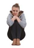 Schöne junge Blondine sitzt auf einem Boden Stockfotografie