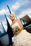 Schöne junge Braut mit einem Blumenstrauß Lizenzfreies Stockfoto