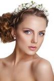 Schöne junge Braut mit einer Blumenverzierung in ihrem Haar Schöne Frau, die ihr Gesicht berührt Jugend-und Hautpflege-Konzept au Stockfoto