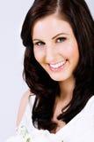 Schöne junge Braut mit glücklichem Lächeln lizenzfreie stockfotografie