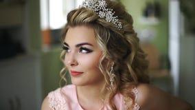 Schöne junge Braut Stilvolles Frauen-Verlobtes mit Brautfrisur, Ereignis-Make-up und Schmuck stock video footage