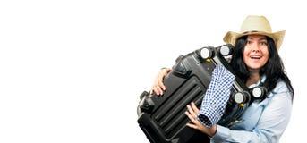 Schöne junge brunette Frau im Strohhut lächelnd und Koffer halten lokalisiert auf weißem Hintergrund Kopieren Sie Platz kleines b lizenzfreie stockbilder