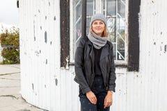 Schöne junge Brunettefrau stockfotografie