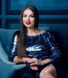 Schöne junge Brunettefrau stockfoto
