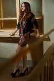 Schöne junge Brunettefrau in einer schwarzen Jacke mit Pailletten Stockfotografie