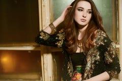 Schöne junge Brunettefrau in einer schwarzen Jacke mit Pailletten Stockfotos