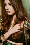 Schöne junge Brunettefrau in einer schwarzen Jacke mit Pailletten Lizenzfreie Stockbilder
