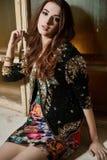 Schöne junge Brunettefrau in einer schwarzen Jacke mit Pailletten Lizenzfreie Stockfotos