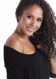 Schöne junge Brunettefrau im schwarzen Kleid Stockbilder
