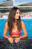 Schöne junge Brunettefrau mit dem langen Haar in rosa Bikini kee Lizenzfreie Stockbilder