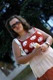 Schöne junge Brunettefrau mit Eiscreme Lizenzfreie Stockfotos