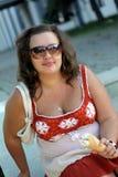 Schöne junge Brunettefrau mit Eiscreme Lizenzfreies Stockbild
