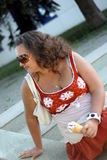 Schöne junge Brunettefrau mit Eiscreme Stockfoto