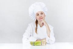 Schöne junge Cheffrau bereiten sich vor und geschmackvolles Lebensmittel herein verzierend Lizenzfreies Stockfoto