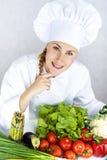 Schöne junge Cheffrau bereiten sich vor und geschmackvolles Lebensmittel herein verzierend Stockfoto