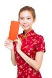 Schöne junge chinesische Frau, die rote Tasche hält Stockfotos