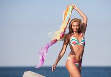 Schöne junge Dame auf dem Strand Lizenzfreie Stockfotos