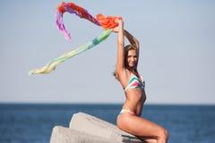 Schöne junge Dame auf dem Strand Stockbild