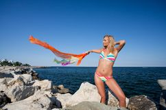 Schöne junge Dame auf dem Strand Stockfotografie