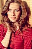 Schöne junge Dame der blauen Augen mit Schatten von Stockfotografie