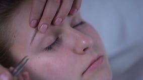 Schöne junge Dame, die Ergebnis nach Verfahren der Wimpererweiterungsschönheit genießt stock video