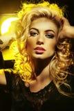 Schöne junge Dame, die Musik hört Lizenzfreies Stockfoto